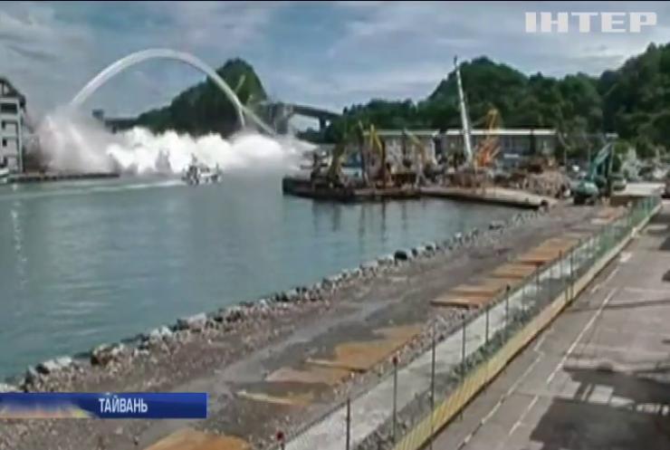 У Тайвані під бензовозом обвалився автомобільний міст