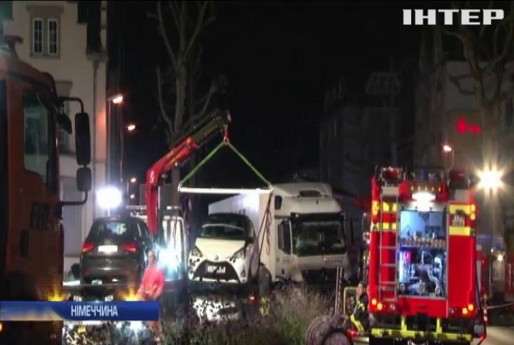 У Німеччині водій спрямував вантажівку на автомобілі: постраждали 17 людей