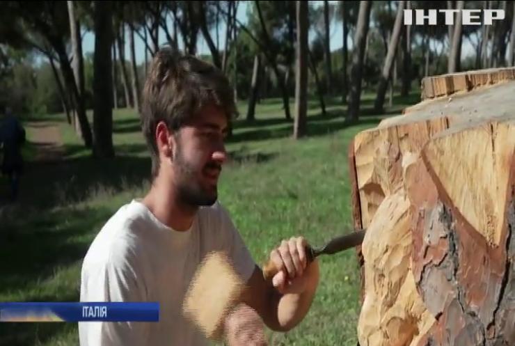 Вулиці Рима прикрашають скульптурами з дерева