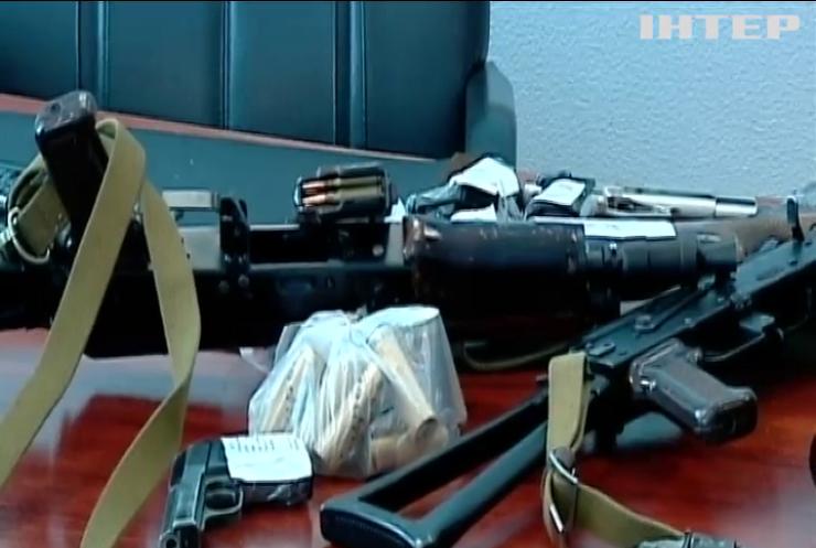 Українці здали поліції тисячі одиниць зброї, снарядів та гранат