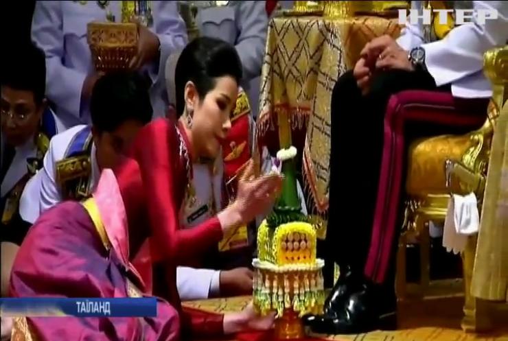 Король Таїланду позбавив коханку всіх звань