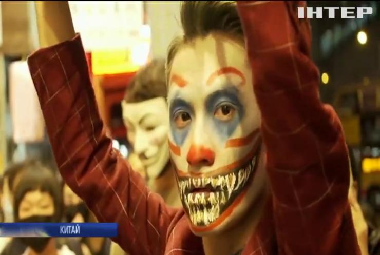 У Гонконзі протестувальники надягати заборонені владою маски