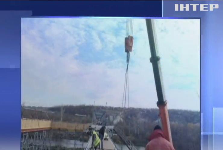У Станиці Луганській закінчили укладати конструкції основної частини мосту
