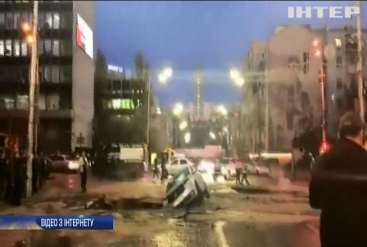 Вулицю залило окропом: у центрі Києва ліквідують аварію
