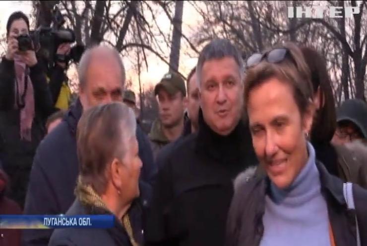 """Посли країн """"Великої сімки"""" та Арсен Аваков проінспектували розведення військ у Золотому"""