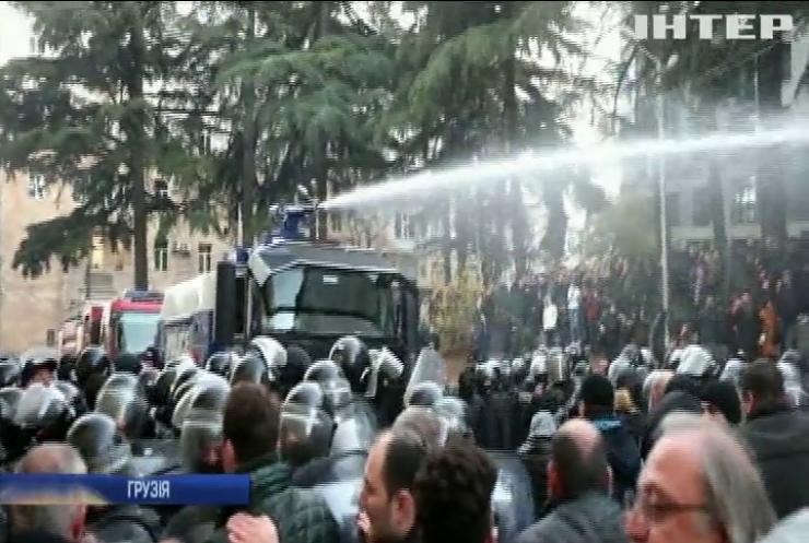 У Тбілісі протестуючих розігнали водометами