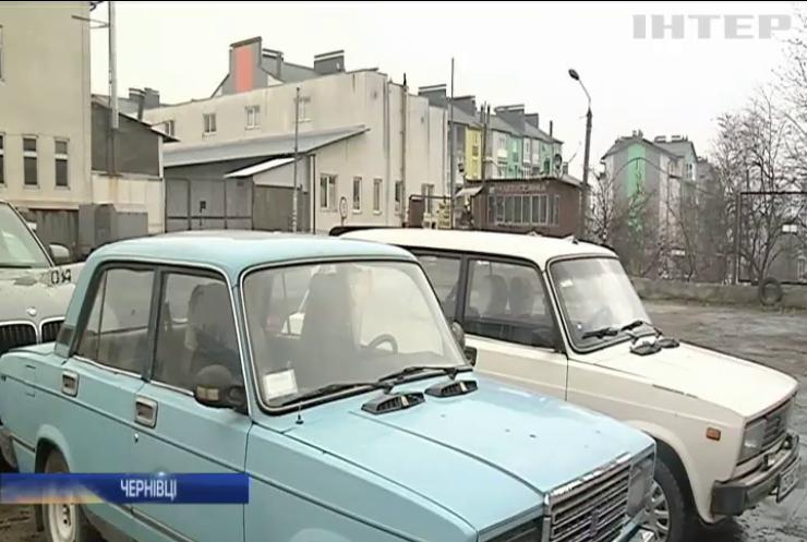Невідомий вандал розтрощив десятки автівок у Чернівцях