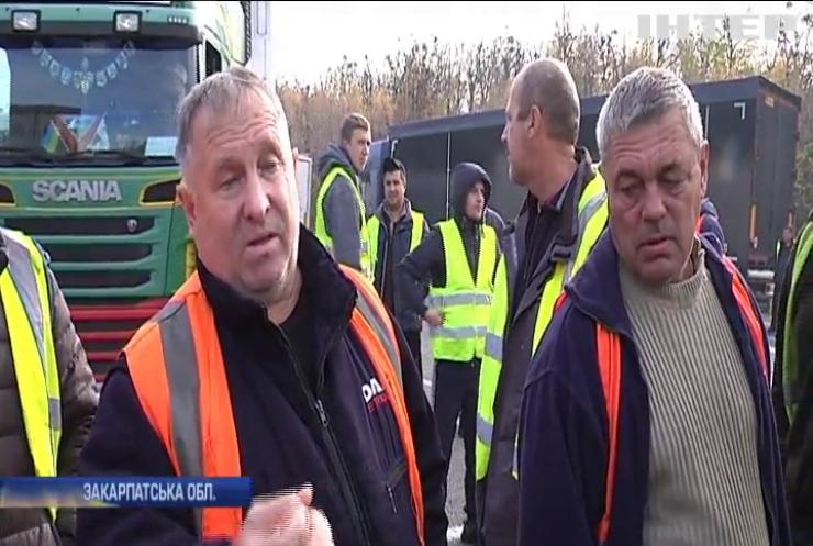Черги на кордоні: хто заробляє на українських далекобійниках?