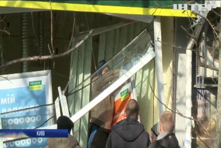 Вулицю засипало грошима: у Києві підірвали відділення ''Ощадбанку''