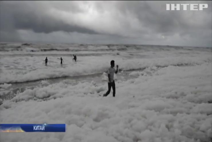 Токсичні відходи: індійські пляжі вкрили хмари густої білої піни