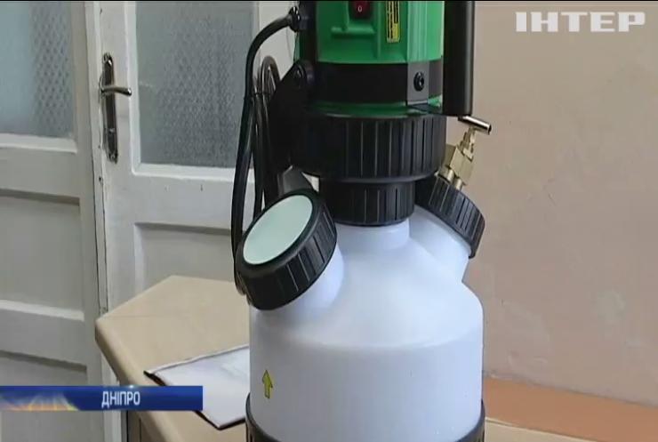 У Дніпрі ветерани АТО подарували опіковому центру апарат для дезинфекції приміщень