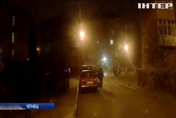 У Чернівцях поліцейські затримали автомобільного вандала