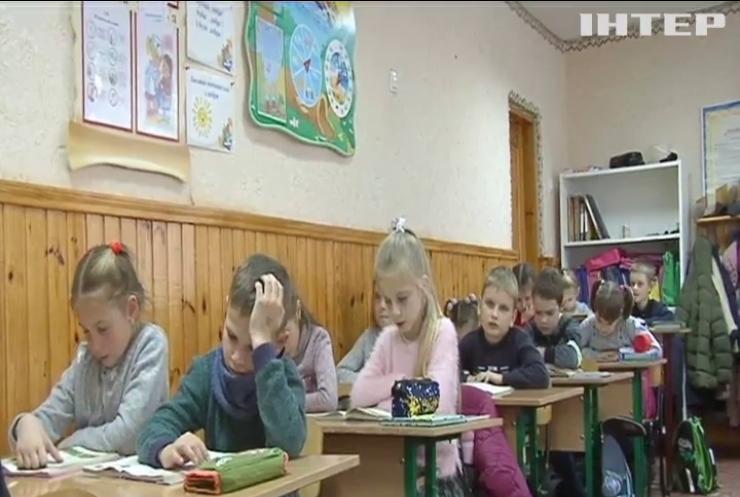 Тернистий шлях до знань: на Рівненщині учні вчаться у шкільному гардеробі