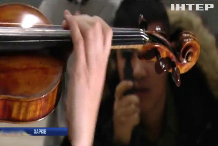 Пасажири Харківського аеропорту слухали червону скрипку Страдіварі
