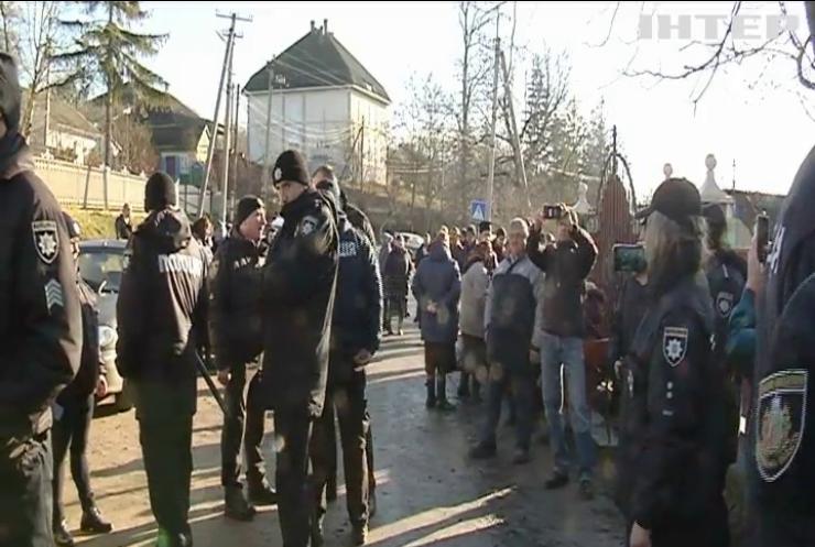 Релігійний конфлікт на Буковині: прихильники ПЦУ намагалися зірвати богослужіння в храмі УПЦ