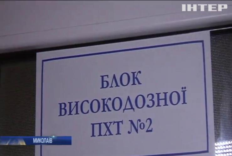 Маленьким пацієнтам Миколаєва принесли подарунки у вікна лікарні