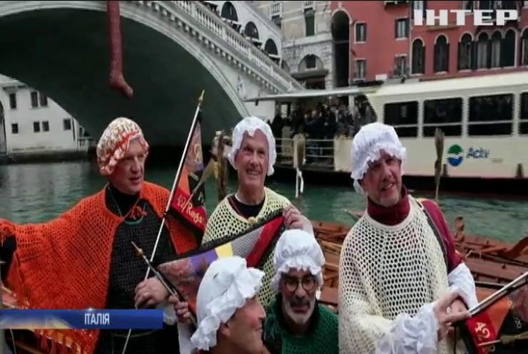 Каналами Венеції пропливли відьми