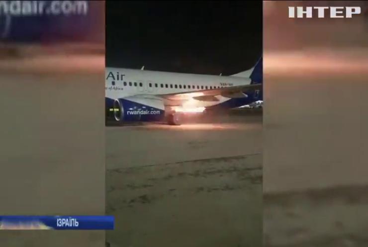 У аеропорту Тель-Авіва спалахнув двигун пасажирського лайнера Boeing 737 (відео)