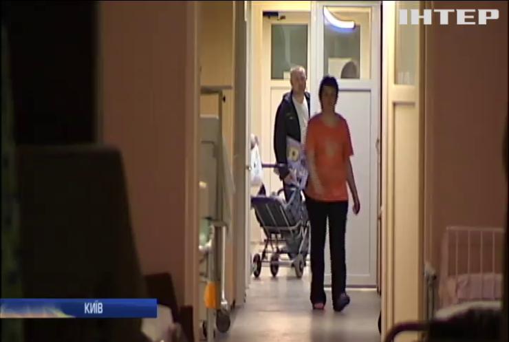 У приміщенні столичної лікарні на маленьку дитину впали двері