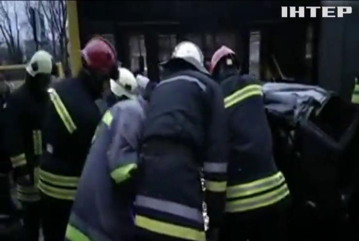 У Києві водій на автівці в'їхав у зупинку громадського транспорту