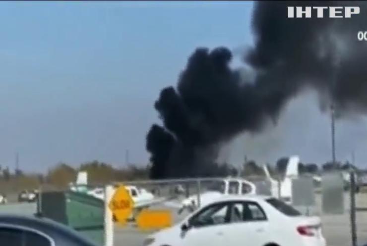 У Каліфорнії літак з пасажирами протаранив огорожу та згорів
