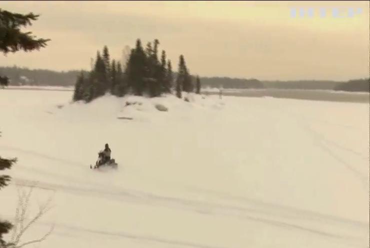 У Канаді туристи провалились під воду на снігоходах