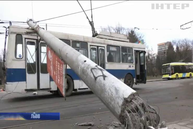 На проїжджу частину у Львові впали дві електроопори