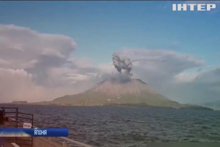 Дощ із кам'яних брил та стовп диму: у Японії прокинувся вулкан