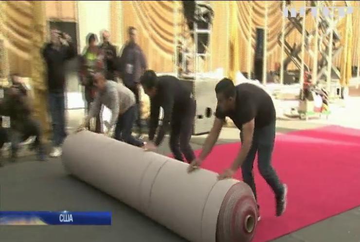 Оскар-2020: робітники викладають славетну червону доріжку