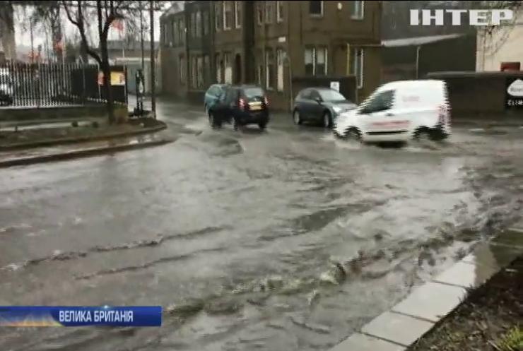 У Великій Британії вирує потужний шторм