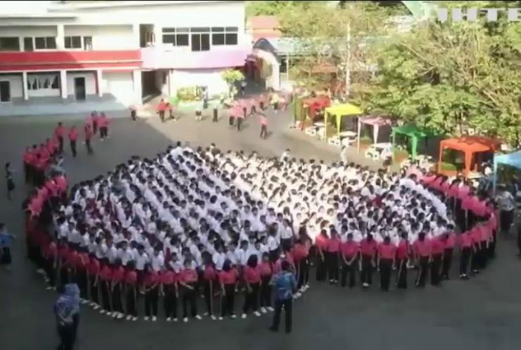 Школярі Таїланду влаштували масштабний флешмоб до Дня святого Валентина