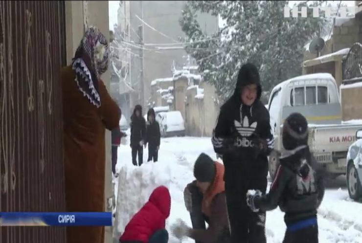 Північ Сирії засипало снігом (відео)