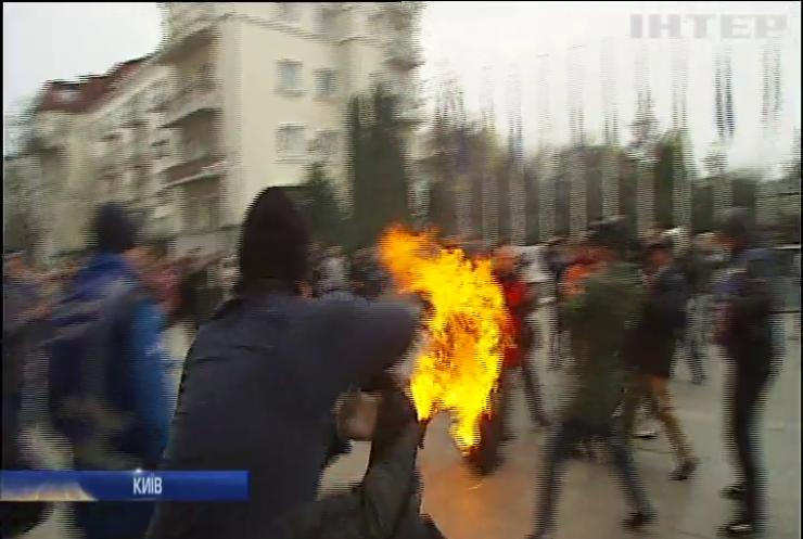 """""""Немає закону"""": біля Офісу президента чоловік намагався спалити себе"""