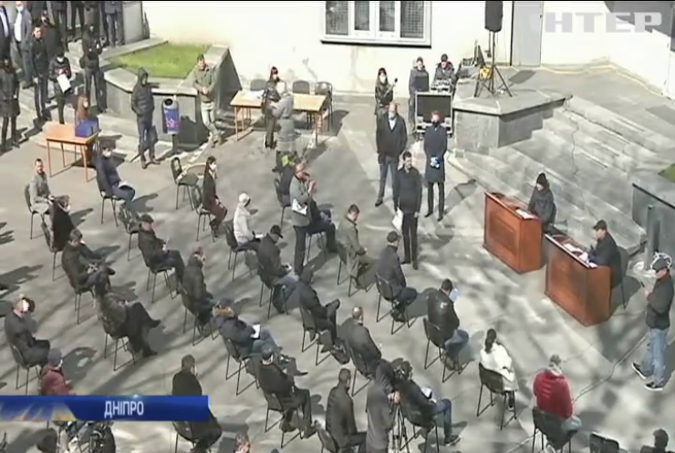 Депутати Дніпра провели засідання у дворі мерії