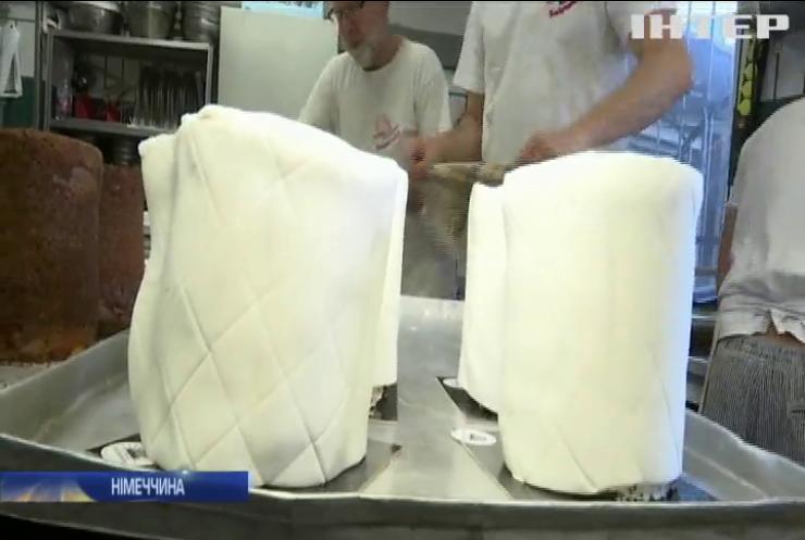 Німецька пекарня випікає тістечка у вигляді рулонів туалетного паперу