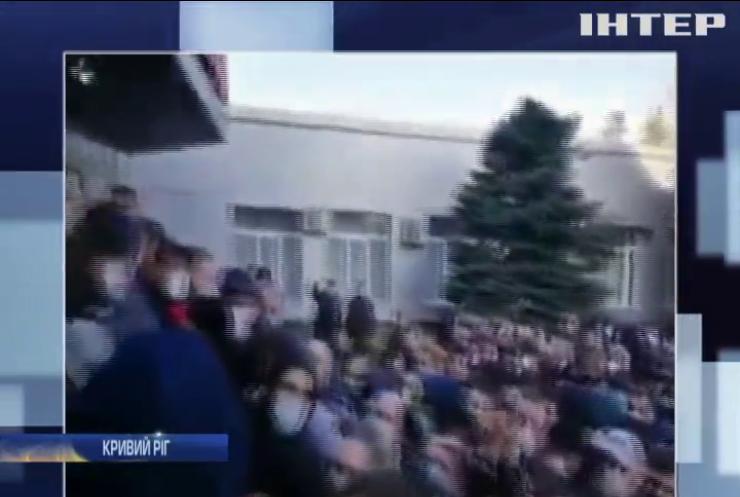 Карантин не для всіх: тисячі людей у Кривому Розі створили чергу за спецперепустками на транспорт