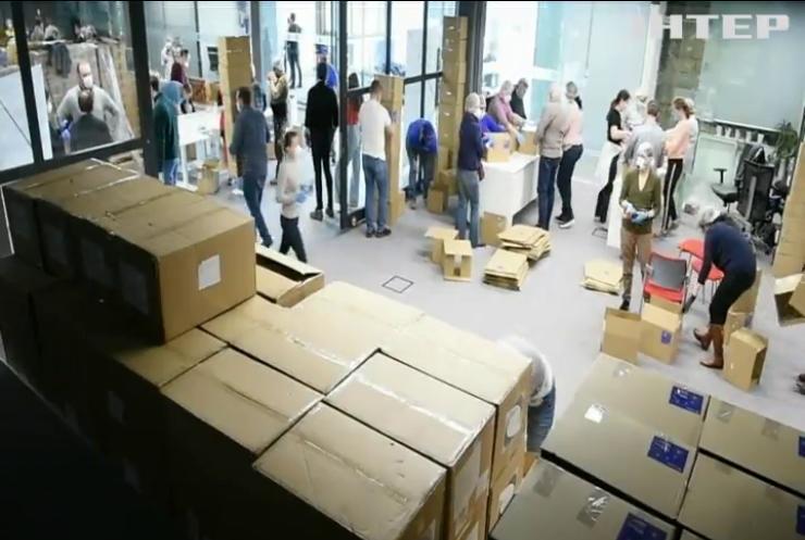 Фонд Петра Порошенка передав українським лікарням 10 тисяч захисних костюмів