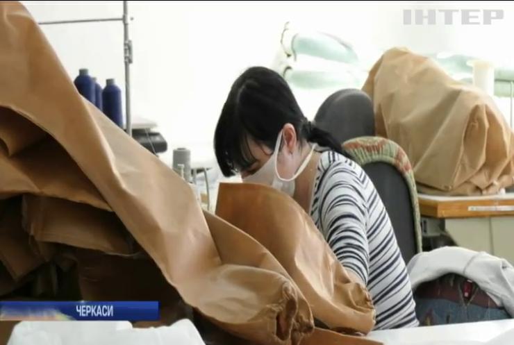 У Черкасах меблеве підприємство перепрофілювали на виготовлення захисного спецодягу