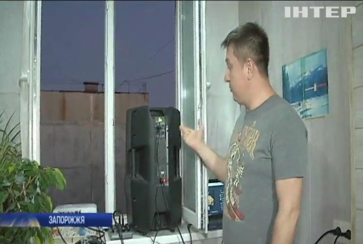 Житель Запоріжжя розважає сусідів кіносеансами під відкритим небом