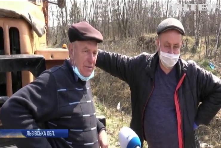 На Львівщині через паліїв трави горить сміттєзвалище
