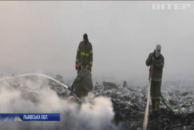 На Львівщині другу добу горить сміттєзвалище: хто винен