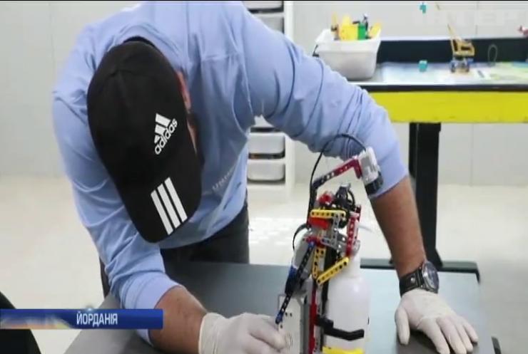 Сирійські біженці змайстрували робота-дезінфектора