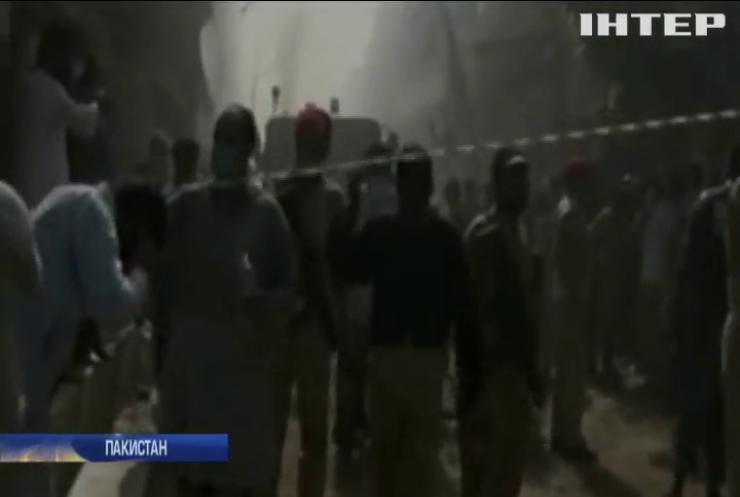 У Пакистані пасажирський літак впав на житловий район