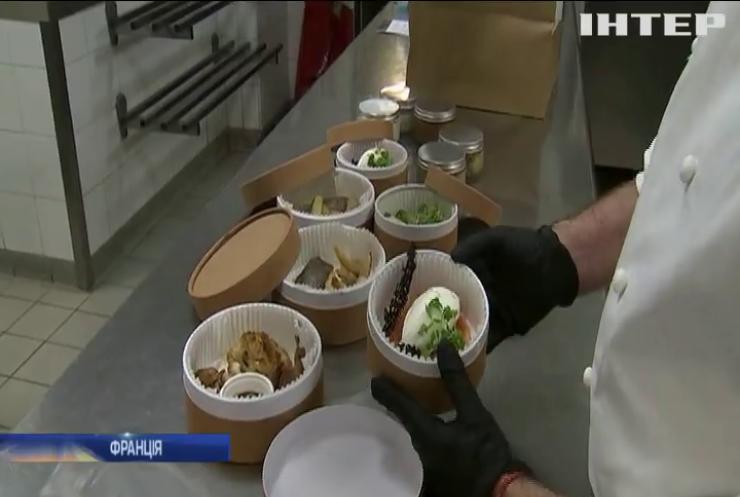 """Найкращі ресторани Парижа почали готувати їжу """"на виніс"""""""