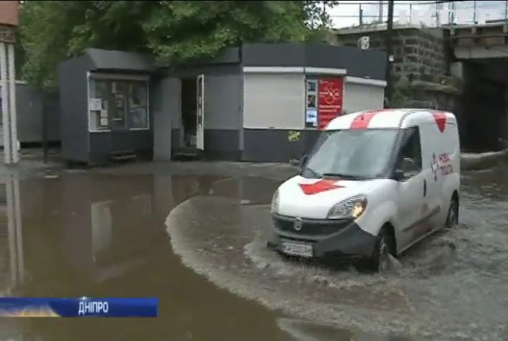 Річки на вулицях та рекорд опадів: Україну накрило дощем та градом