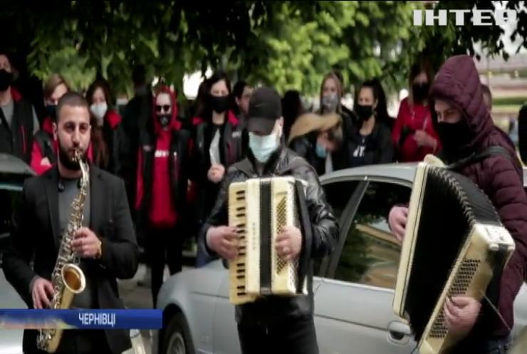 У Чернівцях музиканти та ресторатори влаштували концерт-протест