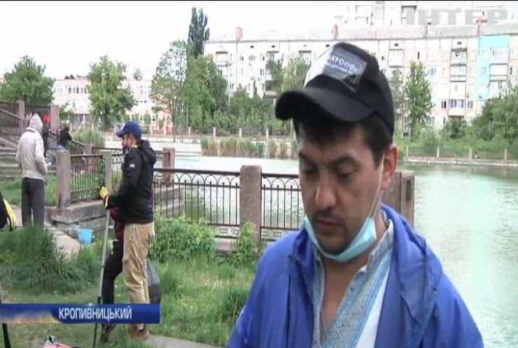 Еко-суботник на воді: жителі Кропивницького прибирають від сміття озера та річки