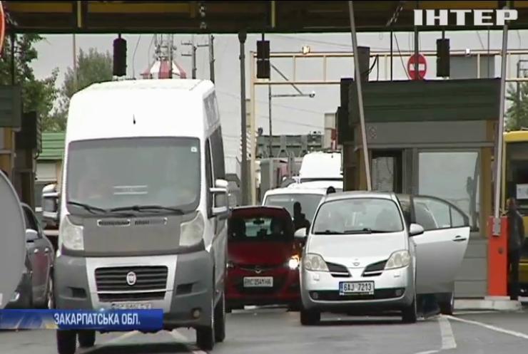 Сутички на західному кордоні: чому водії мікроавтобусів перекрили проїзд на КПП