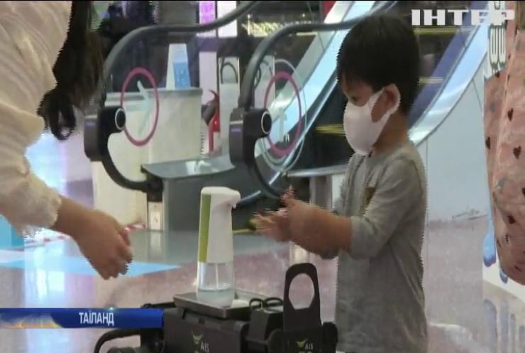 У тайському торговому центрі продезінфікувати руки пропонує cобака-робот