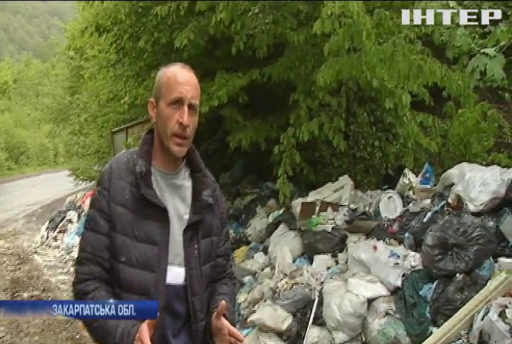 Жителі Закарпаття потерпають від стихійних сміттєзвалищ